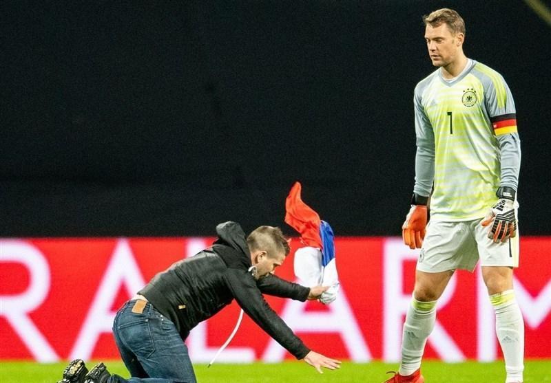 فوتبال دنیا، جیمی جامپی که با پرچم روسیه به پای مانوئل نویر افتاد