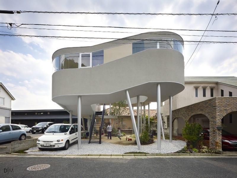 خانه ای در ارتفاع بر روی یک باغچه